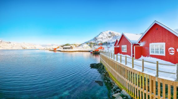 traditional-norwegian-red-wooden-houses-on-the-sho-F7G672V (1)
