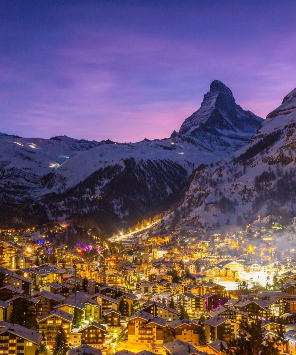 zermatt-town-and-matterhorn-mountain-at-winter-nig-X7XM8MK (1)